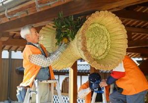 玄関に飾り付けられた佐賀藩伝統の「鼓の胴の松飾り」=佐賀市の佐賀城本丸歴史館