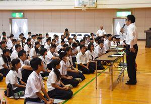 弘道館の拡充について授業する江島貴之記者=佐賀市の川副中学校