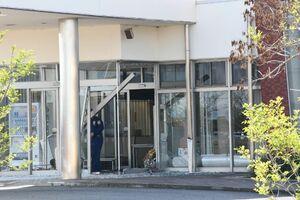 入り口に軽乗用車が突っ込んだJAやすらぎ南部会館=佐賀市川副町西古賀