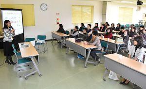 電気の特徴を説明する麻生恵美さん(左)と参加者ら=神埼市のJAさが神埼千代田支所