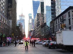 11日、ニューヨークで起きた爆発で、現場付近を封鎖する警察と消防(ロイター=共同)