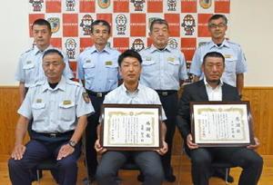 感謝状を贈られた合原裕人さん(下段中央)と千住好樹さん(下段右)=佐賀市の佐賀広域消防局北部消防署