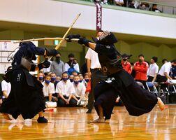 剣道男子個人決勝で、メンを決める龍谷の西浦尚希(右)=佐賀市の諸富文化体育館ハートフル