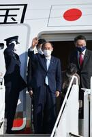 G7サミット出席などを終え、英コーンウォールの空港を出発する菅首相=13日(共同)