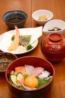 ランチB900円 ミニ海鮮丼、天ぷら、小鉢、吸い物 ※ランチは日曜・祝日はなし