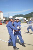 夏季訓練で放水訓練をする吉野ヶ里町消防団の団員たち=9月3日、東脊振小中学校グラウンド