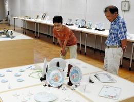 さまざまな技法を駆使したバラエティー豊かな作品が並ぶ陶千坊展=有田町の県立九州陶磁文化館