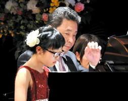 参加者と息を合わせて連弾した横山幸雄さん=佐賀市のエスプラッツホール