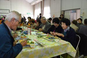 会食しながら交流を深める参加者たち=佐賀市の日新公民館