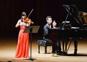 バイオリンを奏でる奥村愛さん(左)とピアノを演奏する加藤昌則さん=佐賀市文化会館