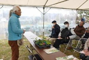 出店者からワンランク上の夏野菜の育て方を学ぶ来場者=吉野ケ里歴史公園