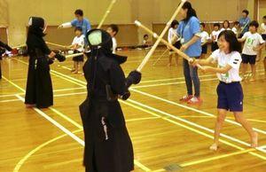 少年剣士を相手に竹刀を振り下ろす児童