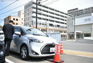 ミズの高齢者向け複合施設「そいよかね」に隣接する駐車場に設置した、佐賀トヨペットが運用するトヨタシェアの自動車=佐賀市水ケ江