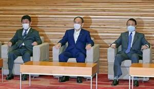 閣議に臨む(左から)茂木外相、菅首相、麻生財務相=28日午前、首相官邸