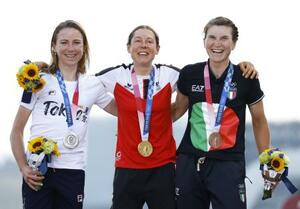 女子個人ロードレースで金メダルを獲得したアナ・キーゼンホファー。左は銀のアナミーク・ファンフリューテン、右は銅のエリザ・ロンゴボルギーニ=富士スピードウェイ
