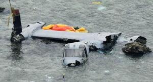 沖縄県名護市安部の海岸に近い浅瀬で大破したオスプレイ=14日午後0時15分(共同通信社ヘリから)
