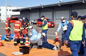 航空機事故対策総合訓練で、トリアージを実践する参加者=佐賀市川副町の佐賀空港
