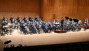 30回目の定期演奏会で演奏を披露する佐賀学園高吹奏楽部の部員ら=佐賀市文化会館