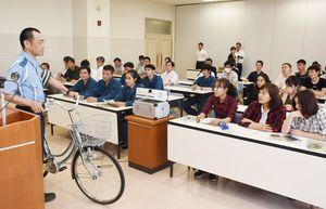 自転車に乗る際のルールや犯罪に遭わない方法を学ぶ外国人技能実習生=鳥栖署