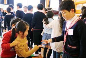 じゃんけん列車で交流を深める児童たち=佐賀市の富士校