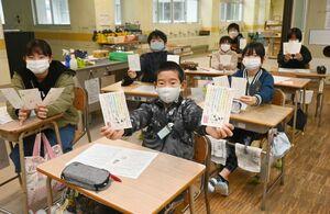 地域のお年寄りに思いを込めて年賀状を書いた児童たち=佐賀市の春日北小