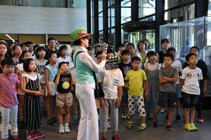 出演者や編集などすべて子どもたちで担う。オープニングの撮影に入る子どもたち=佐賀市城内の佐賀県庁