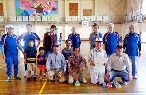 佐賀市北川副校区屋内ペタンク大会の上位入賞チームと参加者