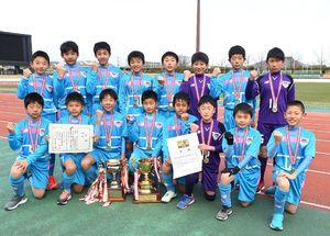 5年連続9度目の優勝を飾ったサガン鳥栖U-12の選手たち=佐賀市の県総合運動場陸上競技場