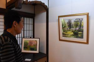 やわらかいタッチで描いた風景画や月の風物詩などが並ぶ=佐賀市与賀町の山口亮一旧宅