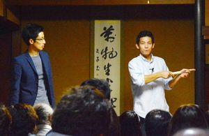 型作りに使う道具などについて説明する岩永和久さん(右)=有田町幸平