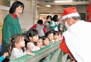 餅つき大会に現れたサンタクロースに大興奮の園児たち=佐賀市長瀬町の日新保育園