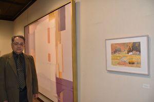 風景画を集めた個展を開いた抽象画家の北島治樹さん=佐賀市本庄町の高伝寺前村岡屋ギャラリー