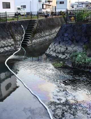 佐賀市内の川で大量の油が流出、原因は調査中