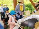 茶の発祥地で釜炒り体験 親子で伝統に触れる