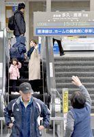 改札越しに手を振りあい、別れを惜しむ家族連れ=佐賀市のJR佐賀駅