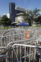 香港中心部の立法会(奥)前に設置されたバリケード=14日、香港(共同)