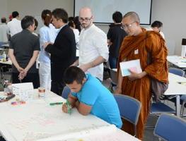多文化防災を考えるワークショップで各班のアイデアを見て回る参加者=佐賀市の佐賀商工ビル