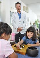 吉岡薫八段が子どもたちに特別指導した囲碁教室=佐賀市の日本棋院佐賀中央支部