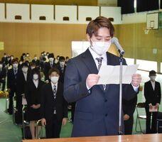 入学生26人を代表して誓いの言葉を述べる石橋聡士さん=佐賀市の県農業大学校