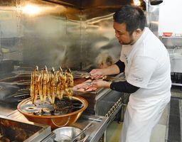 かば焼きを作る職人。ウナギのシーズン到来で専門店の調理場でも忙しさが増している=佐賀市の本庄うなぎ屋本庄店