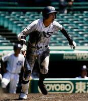 天理―広島新庄 5回表広島新庄1死二塁、明光が中前に勝ち越しの二塁打を放つ=甲子園