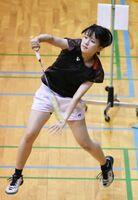 バドミントン女子団体 力強いスマッシュを放つ唐津西の上田佳乃=佐賀市の旭学園体育館