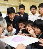 マグマで山が形成されていく様子を実験で確認する児童たち=神埼市の西郷小