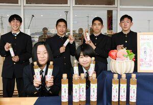 サガ・ビネガーと共同開発した桃酢をお披露目した佐賀農高の生徒=白石町の「道の駅しろいし」