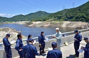 少雨で過去最低の貯水率を更新し続けている嘉瀬川ダムを視察した佐賀県議会の県土整備・警察常任委員会=佐賀市富士町