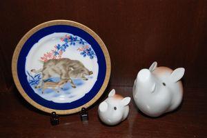 香蘭社が発売する干支の亥にちなんだ飾り皿と置物
