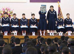 全校生徒や保護者の前で抱負などを述べる三田川中の生徒たち=吉野ヶ里町の同校