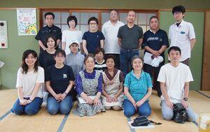 「タケオ フレフレ大作戦」で地域経済の活性化に取り組む武雄温泉通り振興会と賛同者の皆さん