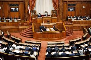強制不妊救済法が全会一致で成立した参院本会議=24日午前