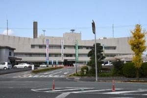 建て替え方針が示された鳥栖市役所庁舎。49年前の建築で耐震基準を満たしていない=鳥栖市宿町